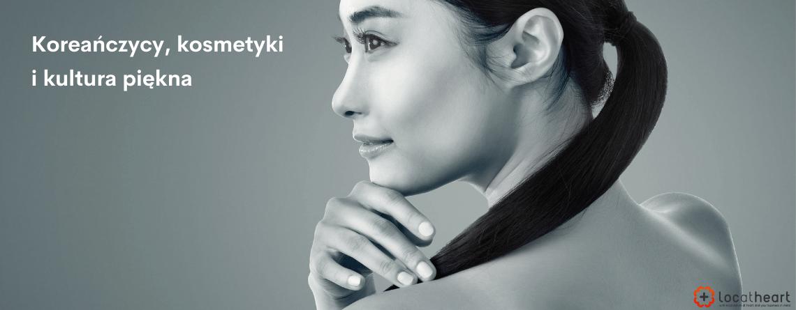 """Agencja tłumaczeń Loc At Heart - napis """"Koreańczycy, kosmetyki i kultura piękna"""" na czarno-białej fotografii pięknej i naturalnej Koreanki"""