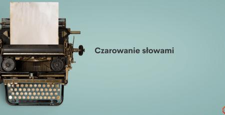 LocAtHeart - Opisy produktów - zdjęcie starej wielkiej maszyny do pisania z góry. Napis: Czarowanie słowami