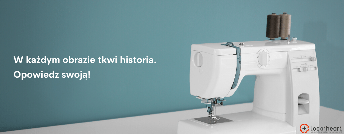 LocAtHeart - Opisy produktów - Zdjęcie nowoczesnej maszyny do szycia. Napis: W każdym obrazie tkwi historia. Opowiedz swoją!